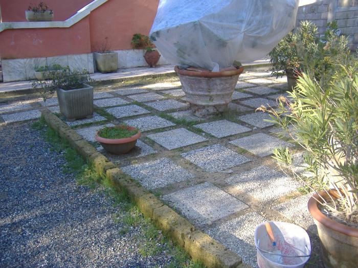 Costruzione di cordoli in tufo per il nostro giardino for Bordi per aiuole fai da te