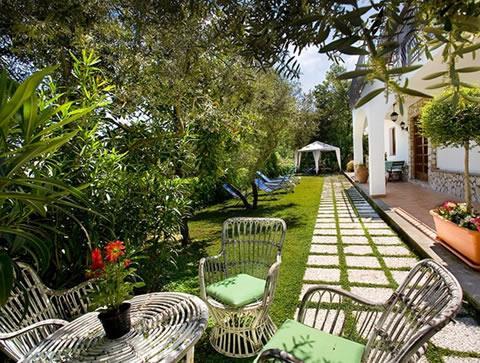 Giardini di casa mettere in opera mattonelle per vialino - Come disegnare una casa con giardino ...