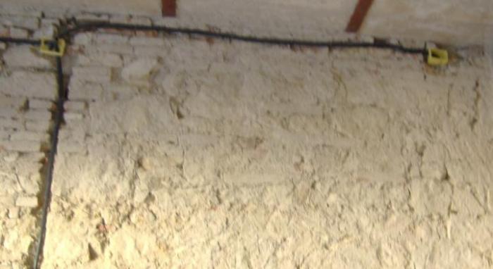 Tracce nei muri e nelle pareti per messa in opera dei - Crepe nelle piastrelle del pavimento ...