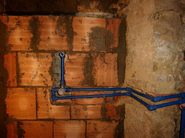 Impianto idrico nel bagno wc acqua calda e fredda dei for Pex sistema di riscaldamento ad acqua calda