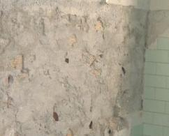 Pulire un muro dalla colla delle piastrelle del rivestimento come