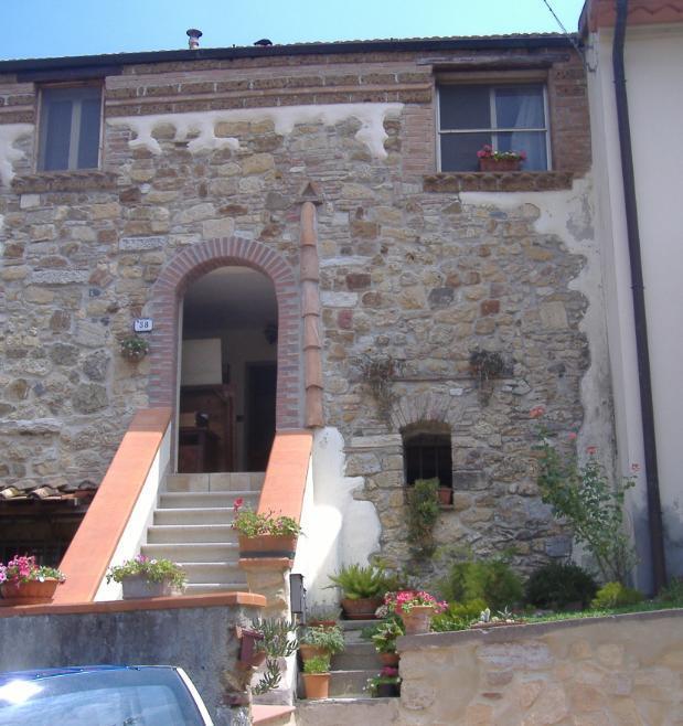 Una vecchia facciata sistemata ed una finestrella indovinata for Disegni di casa in pietra