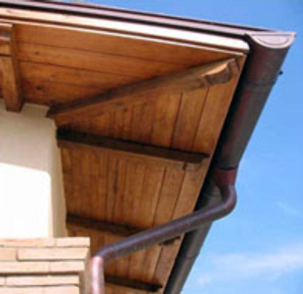 Grondaia del tetto messa in opera di pluviali discendenti for Collegamento del tubo di rame al pvc