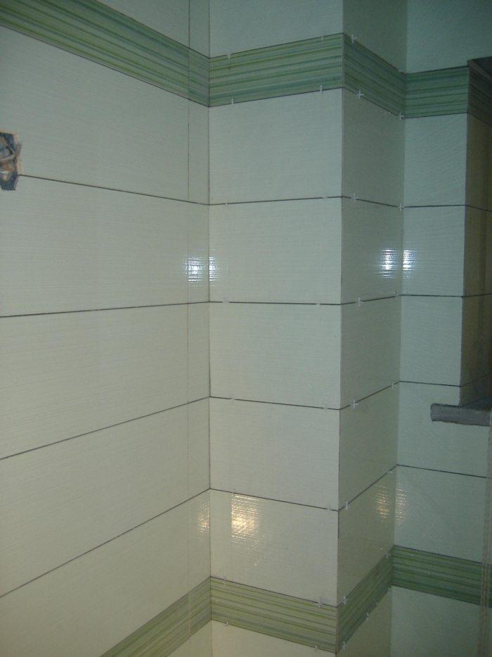 Come fare il rivestimento di un bagno in modo semplice e pulito fai da te - Come rivestire piastrelle bagno ...