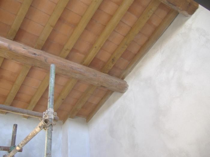 Trattamento protettivo di un tetto o di un solaio in legno. Fai da te