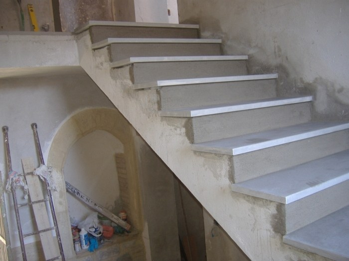 Rivestimento con gradini in pietra serena rifinitura for Come costruire una cabina di pietra