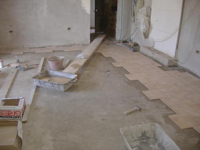 Come fare la squadratura e realizzazione in pratica di un pavimento fai da te - Le piastrelle del pavimento di un locale ...