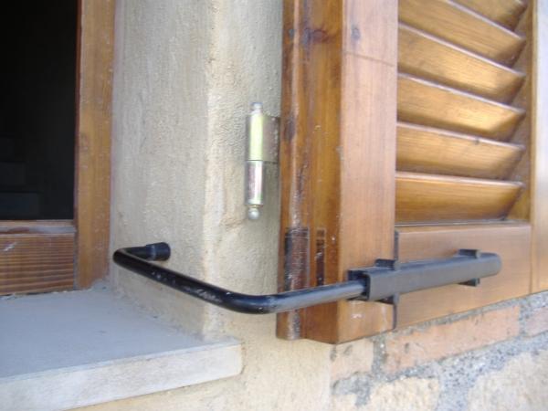 Un ferma persiane pratico e resistente nel tempo - Smontare maniglia finestra senza viti ...