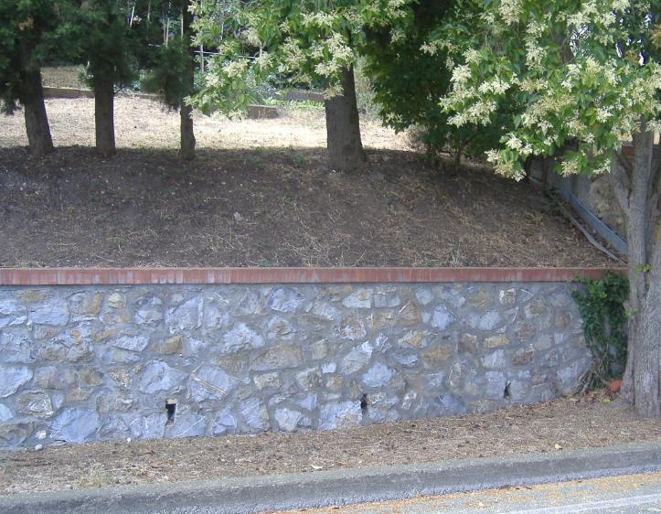 Un muro a retta in pietra a facciavista.