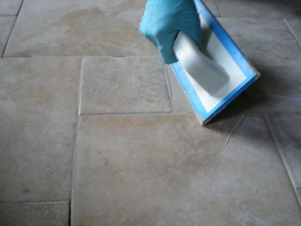 Stuccare le fughe di un pavimento il miglior sistema - Le piastrelle del pavimento di un locale ...