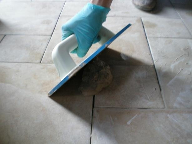 Stuccare le fughe di un pavimento il miglior sistema - Stuccare piastrelle bagno ...