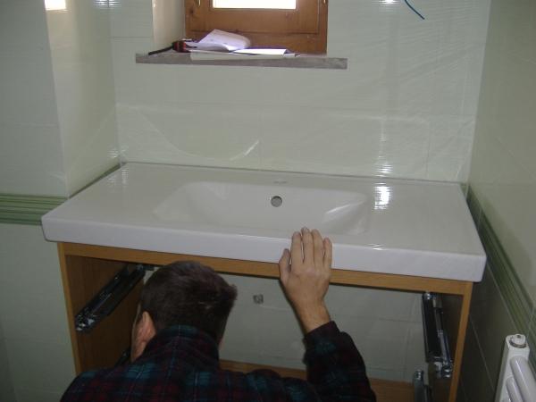 Installazione guidata di un lavabo in un bagno wc - Sale da bagno fai da te ...