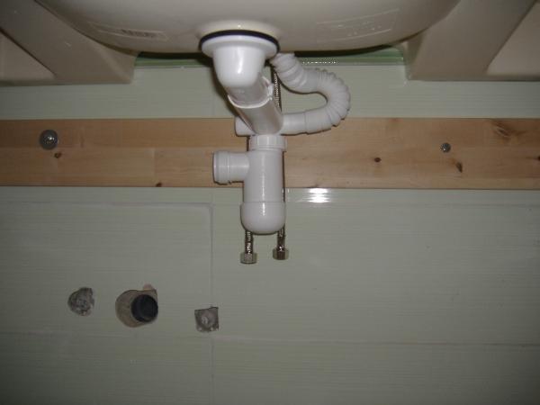 Installazione guidata di un lavabo in un bagno WC.