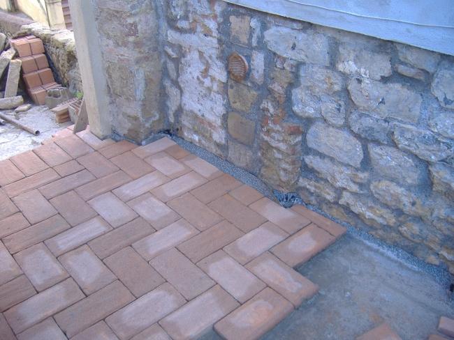 Come costruire un pavimento di cotto esterno - Posare parquet flottante su piastrelle ...