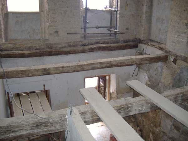Vecchio solaio rimozione fino alle travi in legno - Apertura solaio per scala interna ...