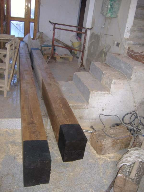 Messa in opera di travi in legno per un solaio intermedio