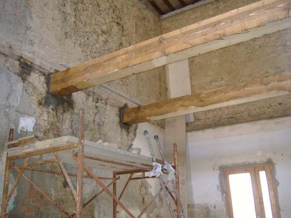 Messa in opera di travi in legno per un solaio intermedio for Costo del mattone da costruire
