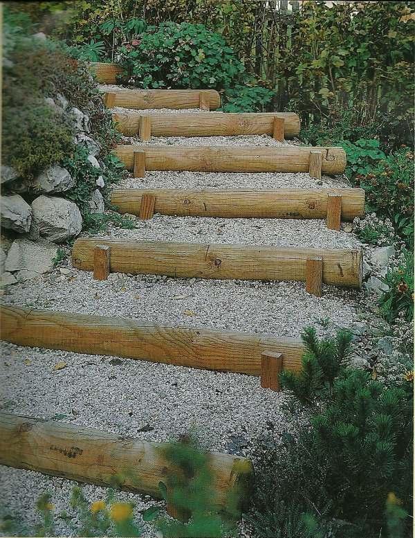 Realizzare una scala con legname in un giardino.
