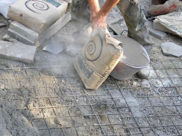 Ricostruzione di una strada padronale con pietre di porfido for Come costruire una cabina di pietra