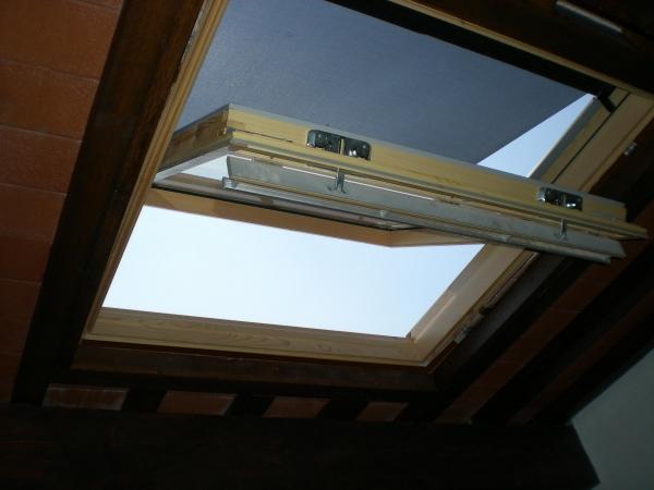 Un lucernario finestra per un tetto a struttura in legno for Finestre a soffitto