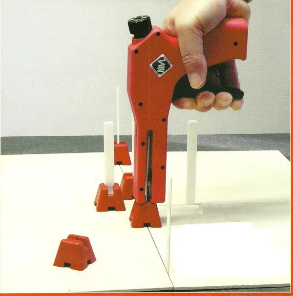 Calibrazione veloce e precisa delle fughe dei pavimenti e for Distanziatori piastrelle 1 mm