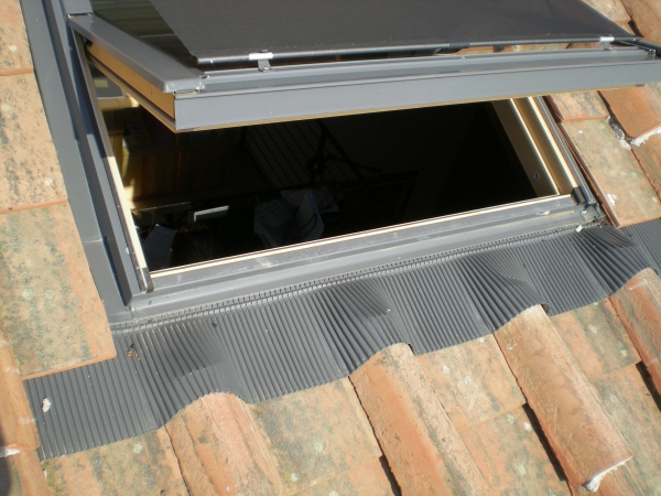 Un lucernario finestra per un tetto a struttura in legno for Velux in alluminio