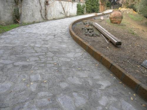 Realizzazione in blocchi di tufo del cordolo perimetrale for Cordoli per giardino