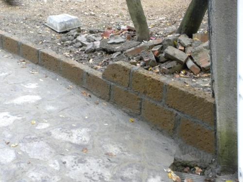 Come Costruire Un Muro In Tufo.Realizzazione In Blocchi Di Tufo Del Cordolo Perimetrale Di