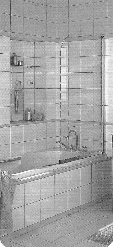 Installazione di parete salvaschizzi trasparente su una vasca da bagno.