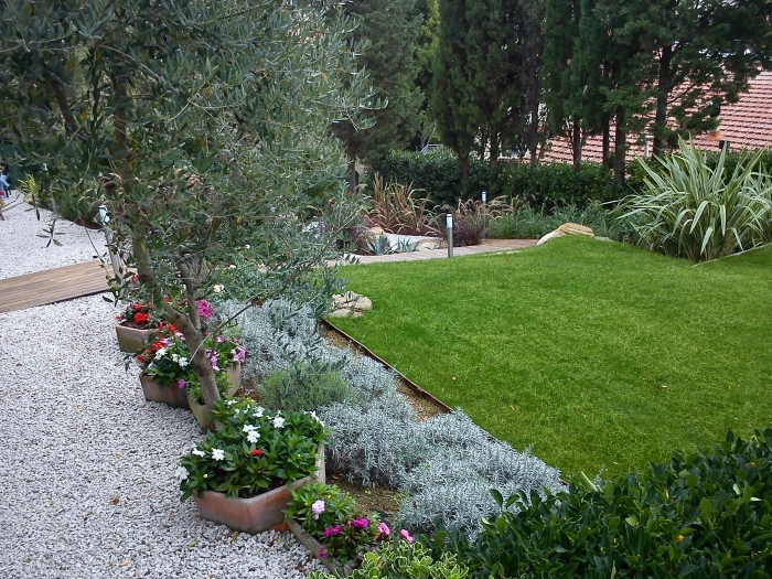 Come ricavare un bel giardino da un modesto terreno in for Costruire un garage su un terreno in pendenza