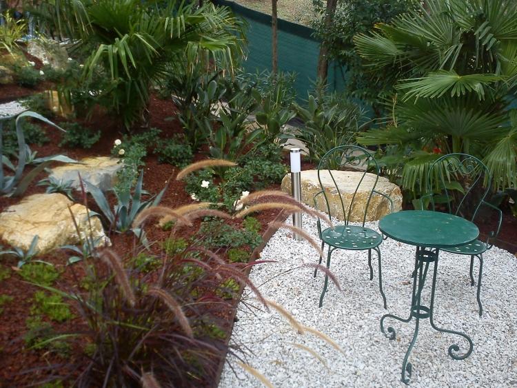 Come ricavare un bel giardino da un modesto terreno in - Come si progetta un giardino ...