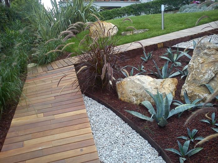 Come ricavare un bel giardino da un modesto terreno in - Giardino senza erba ...