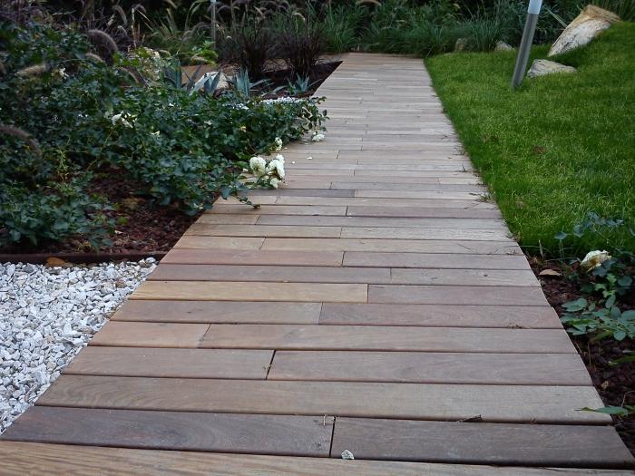 Come ricavare un bel giardino da un modesto terreno in - Camminamento pietra giardino ...