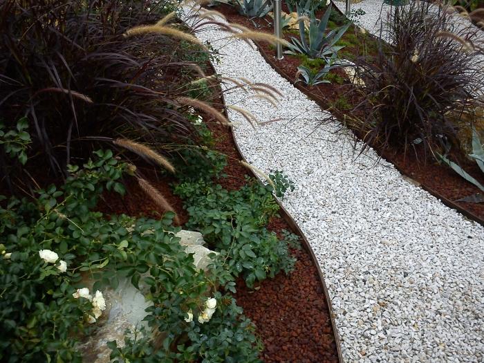 come ricavare un bel giardino da un modesto terreno in pendenza. - Piccolo Giardino Con Ghiaia