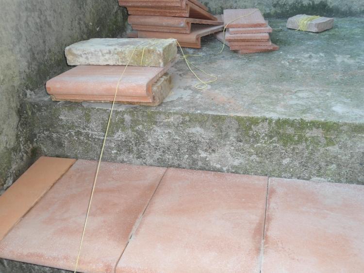 Come rivestire una vecchia scala esterna con gradini in cotto