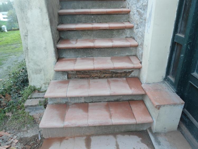 Come rivestire una vecchia scala esterna con gradini in cotto for Gradini per scale esterne