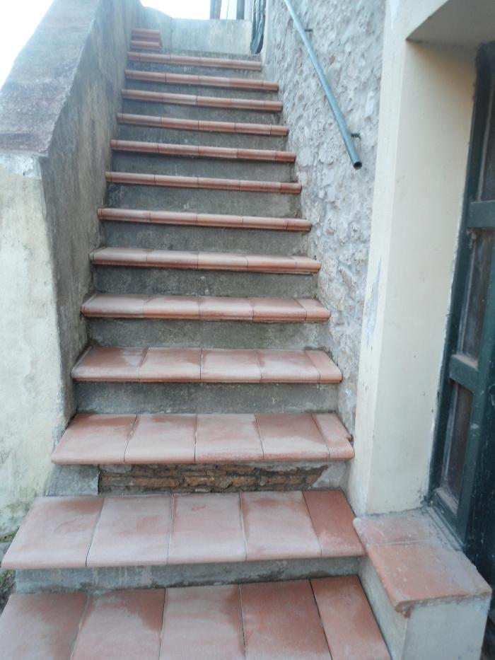 Come rivestire una vecchia scala esterna con gradini in cotto - Scale a rampa ...