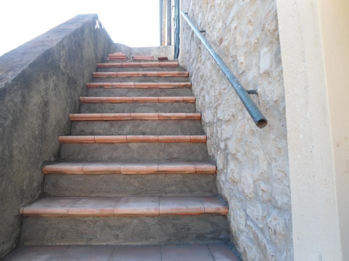 Come rivestire una vecchia scala esterna con gradini in cotto for Piastrelle per scale esterne