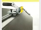 Una macchina portatile per tagliare facilmente il cartongesso.