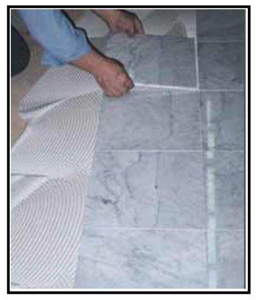 Un adesivo per incollare piastrelle su ogni tipo di for Piastrelle in pvc adesive