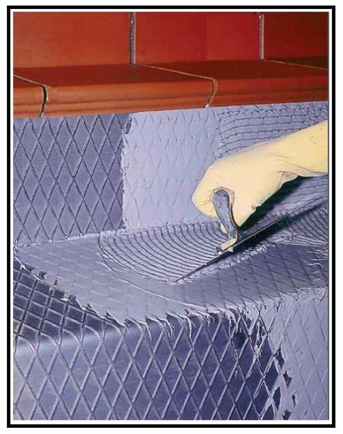 Un adesivo per incollare piastrelle su ogni tipo di supporto, ferro e ...