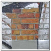 Su parete di mattoni a facciavista 1