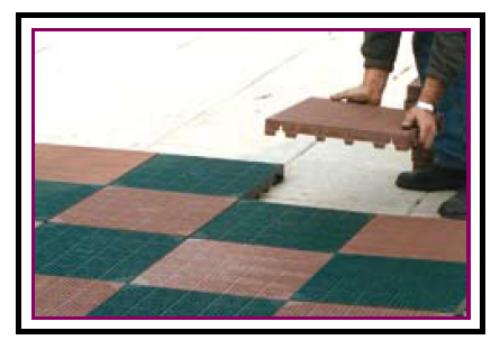 Una mattonella plastica carrabile per pavimentazioni drenanti - Piastrelle giardino plastica ...