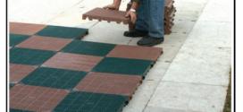 Una mattonella per pavimentazioni, drenante polimerica, resistente ai raggi UV