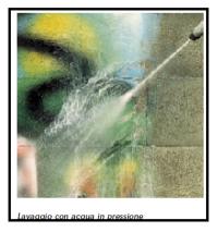 Un detergente per superfici di facciate danneggiate con i graffiti 1