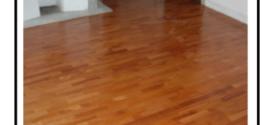 Effettuare la manutenzione e la protezione di un parquet in legno togliendo  graffi e urti con carta abrasiva e trattandolo con vernice ad acqua
