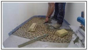Come posare un mosaico a pavimento e in parte a parete