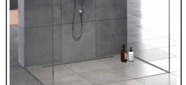 Una linea di profili in acciaio inox per la realizzazione di piatti doccia a filo pavimento