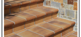 Rivestimento di una scala in muratura con scalini in Klinker incollati al sottofondo in muratura.